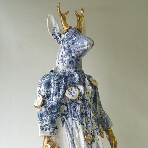 Breekbare Waar Nicolas Dings- sculptuur hert, keramiek 2010- te zien in Tiendschuur